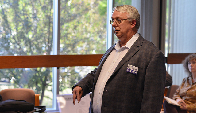 Mayoral Candidate Mark Peterson explained his platform to the Student Senate last Wednesday. Brad Farrell/Winonan