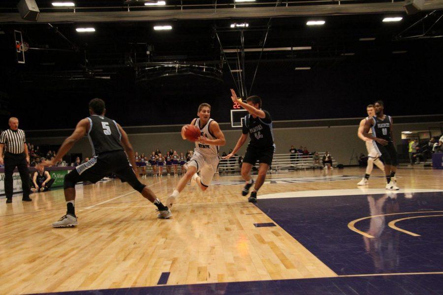 Men's basketball extends winning streak to four